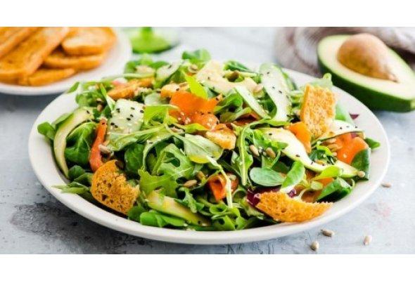 Салат із копченим лососем та авокадо до святкового столу