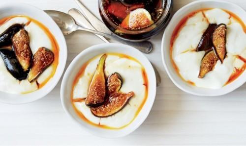 Молочный пудинг с инжиром в карамельном соусе
