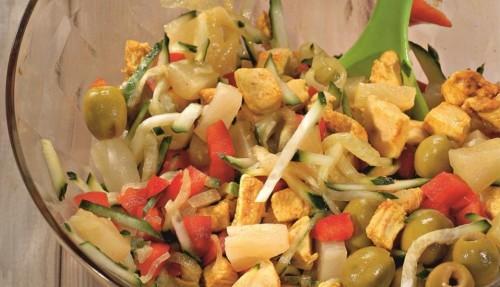 Куриный салат с оливками и ананасом