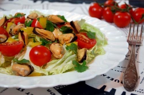 Салат із мідіями, помідорами і руколою