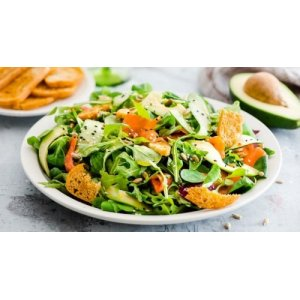 Салат с копченым лососем и авокадо к праздничному столу