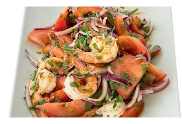 Салат с креветками, помидорами и лаймом