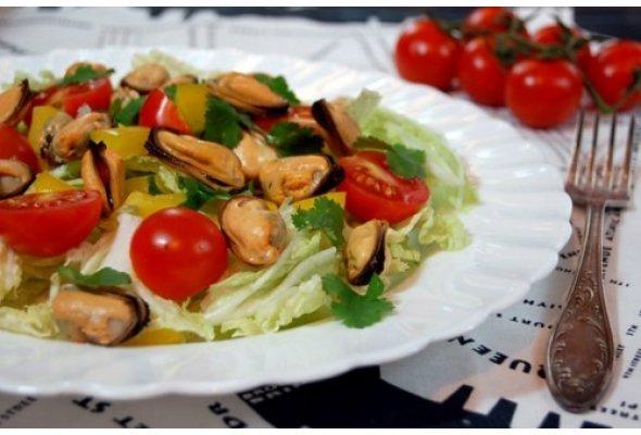 Салат с мидиями, помидорами и рукколой